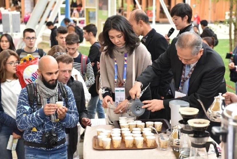 Pengunjung berbagai negara menghadiri acara International Coffee Day di Paviliun Indonesia.