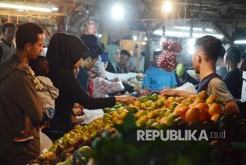 Pengunjung berbelanja kebutuhan pokok, bermacam sayuran dan buah-buahan jelang Ramadhan.