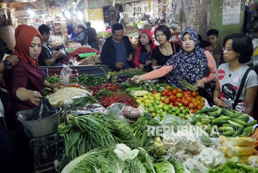 Pengunjung berbelanja sayuran di Pasar Kosambi, Kota Bandung, Jumat (26/5).