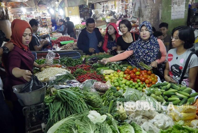 Pengunjung berbelanja sayuran di Pasar Kosambi, Kota Bandung, Jumat (26/5). Menjelang Ramadhan, beberapa jenis sayuran dan sembako mengalami kenaikan harga.