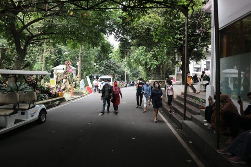 Pengunjung di Kebun Raya Bogor. (ilustrasi)