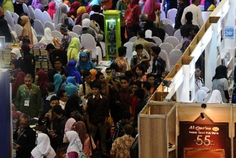 Pengunjung Islamic Book Fair 2014 di Istora Senayan, Jakarta.