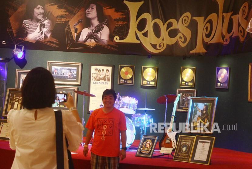Pengunjung melakukan swafoto di stand memorabilia grup musik Koes Plus di Museum Musik Dunia, Batu, Jawa Timur, Jumat (5/1).