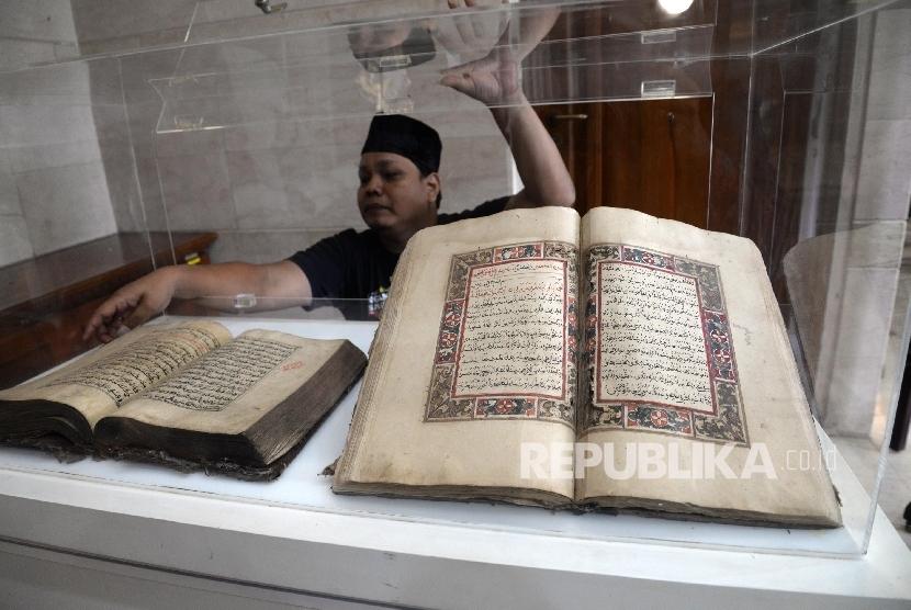 Pengunjung melihat Alquran Kuno saat pameran Sejarah Islam di Nusantara yang digelar di Kantor PBNU, Jakarta, Senin (30/1)