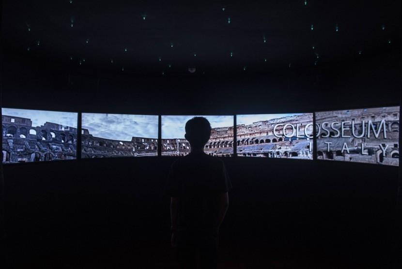Pengunjung melihat bangunan bersejarah di layar digital di ruang Architarium, Museum Gedung Sate di Bandung, Jawa Barat, Jumat (8/12). Museum tersebut berisi tentang sejarah, arsitektur dan dilengkapi dengan teknologi layar sentuh yang menyajikan informasi melalui grafis menarik sebagai daya tarik atraksi Museum Gedung Sate.