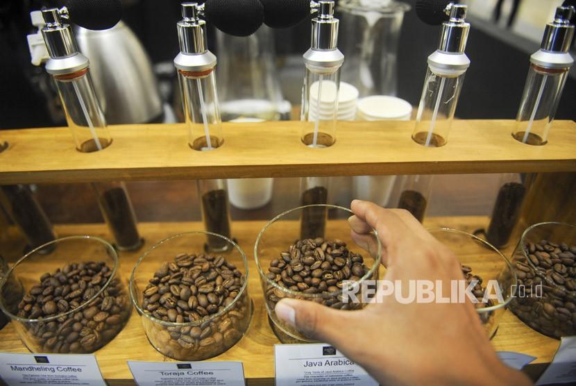Pengunjung melihat biji kopi pada Indonesia Coffee Events (ICE) 2018 di Surabaya, Jawa Timur, Ahad (21/1).