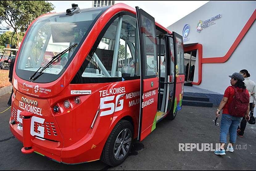 Pengunjung melihat bus listrik (ilustrasi)