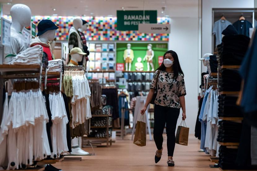 Pengunjung melihat busana yang dijual di pusat perbelanjaan.