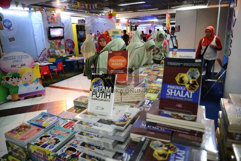 Pengunjung melihat koleksi pada stand di pameran Islamic Book Fair ke-14 2015 di Istora senayan, Jakarta, Jumat (27/2).