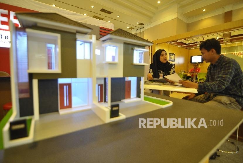 Pengunjung melihat-lihat properti dan funitur di salah satu stan pameran.