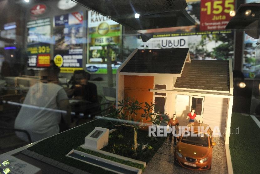 Pengunjung melihat maket perumahan dalam pameran properti Real Estate Indonesia (REI) beberapa waktu lalu. Bank Indonesia akan melakukan pertukaran data dengan REI.