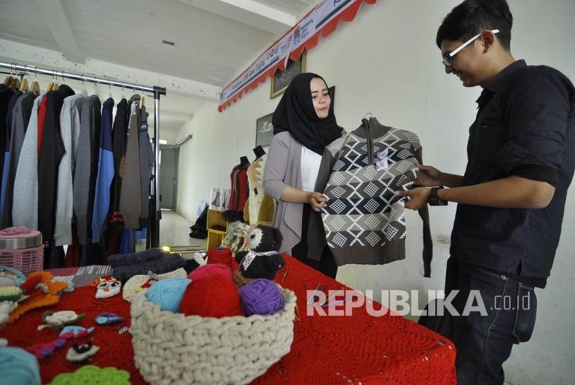 Pengunjung melihat pakaian bahan rajut di acara peresmian Kampung UKM Digital Kampoeng Rajoet, Jl Binongjati, Kota Bandung, Kamis (4/8). (Mahmud Muhyidin)