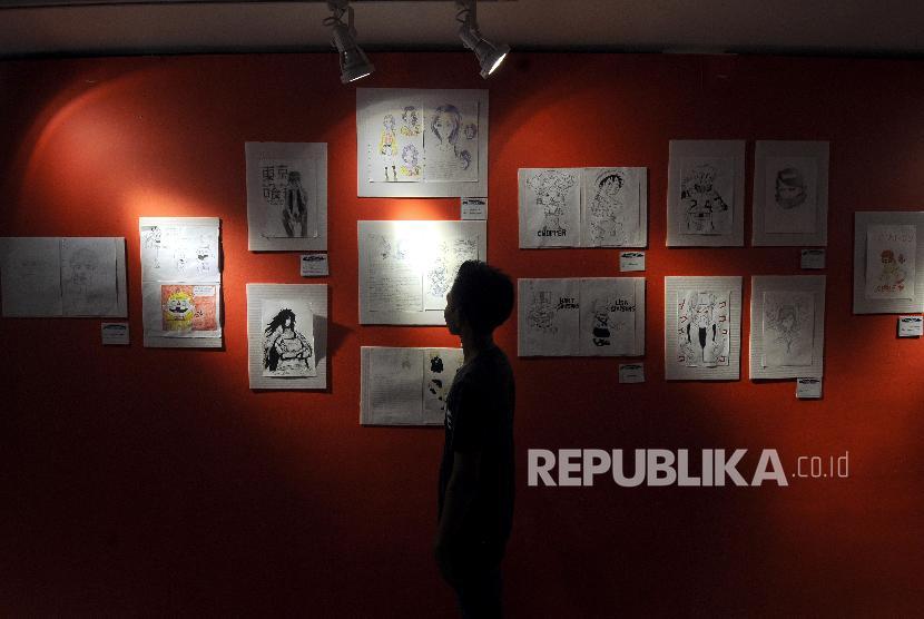 Pengunjung melihat pameran komik dan ilustrasi di Museum Basoeki Abdullah, Cilandak, Jakarta