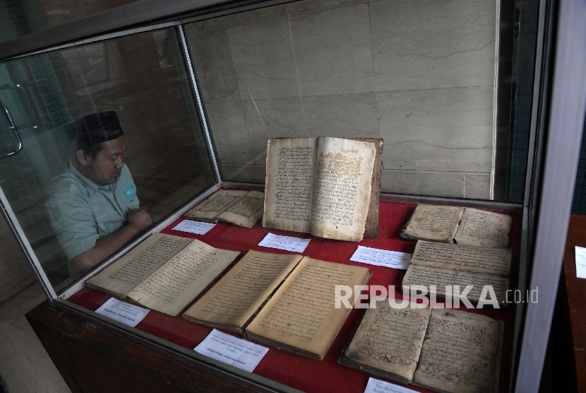 Pengunjung melihat pameran Sejarah Islam di Nusantara yang digelar di Kantor PBNU, Jakarta, Senin (30/1).