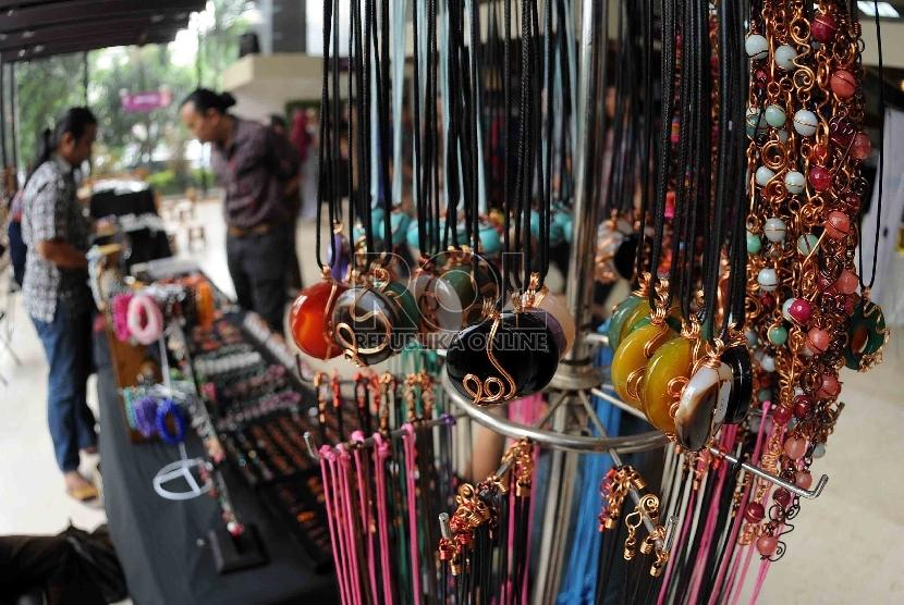 Pengunjung melihat perhiasan dari batu yang dijual dalam pameran produk unggulan Industri Kecil dan Menengah (IKM) di Jakarta. ilustrasi (Republika/Agung Supriyanto)