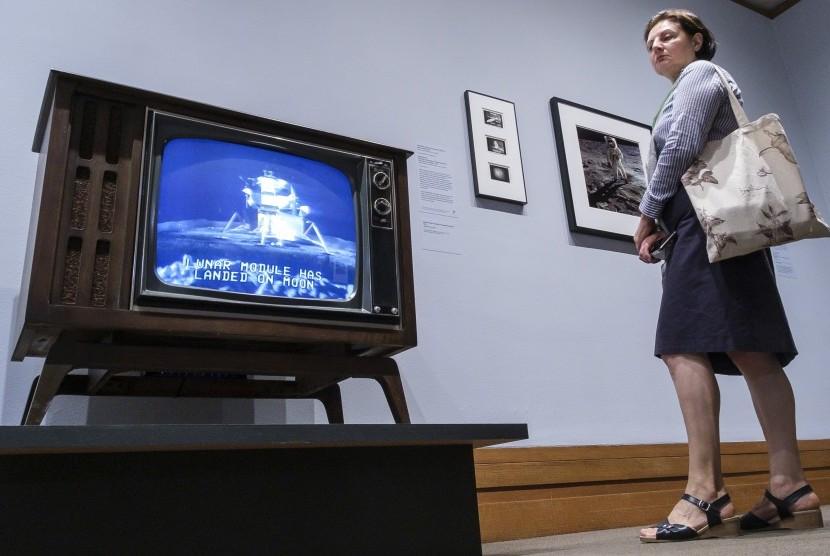 Pengunjung melihat rekaman video berita CBS dari pendaratan di Bulan oleh Apollo 11 di Metropolitan Museum of Art New York, (1/7/2019).