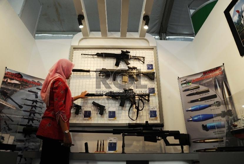 Pengunjung melihat senapan serbu buatan Pindad saat mengunjungi pameran Hakteknas 2015 di Senayan, Jakarta, Jumat (7/8).