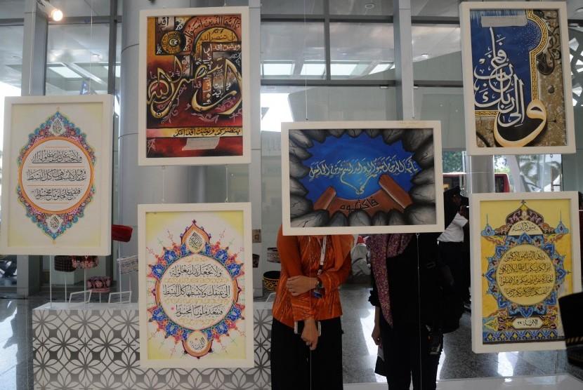 Pengunjung melihat Shari'a Expo dalam acara Indonesia Shari'a Economic Festival (ISEF) 2017 di Grand City, Surabaya, Jawa Timur, Rabu (8/11).