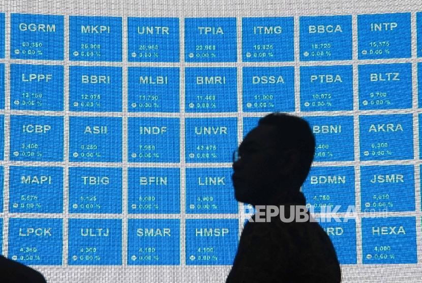Pengunjung melintas di dekat layar pergerakan Indeks Harga Saham Gabungan (IHSG) di Gedung Bursa Efek Indonesia (BEI), Jakarta. ilustrasi
