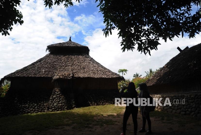 Pengunjung melintas di kompleks Masjid Bayan Beleq,Bayan, Lombok Utara, Nusa Tenggara Barat, Ahad (28\5).