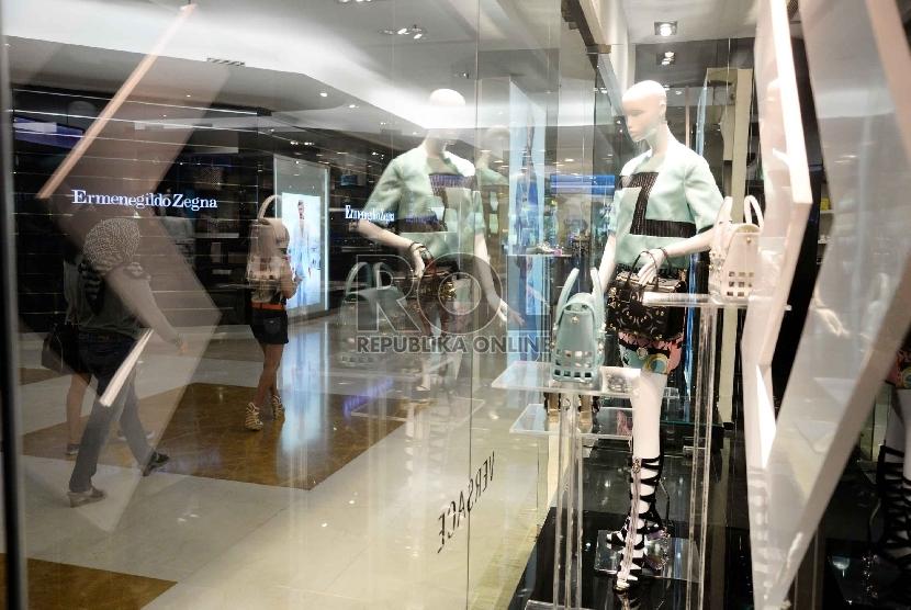 Pengunjung melintas di Mall Plaza Indonesia (ilustrasi)