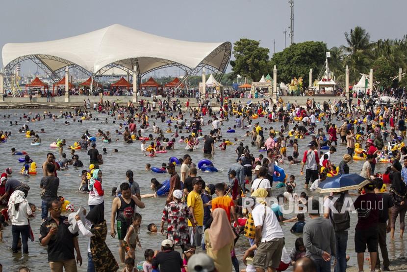 Pengunjung memadati Pantai Karnaval Ancol, Jakarta, Kamis (6/6/2019).