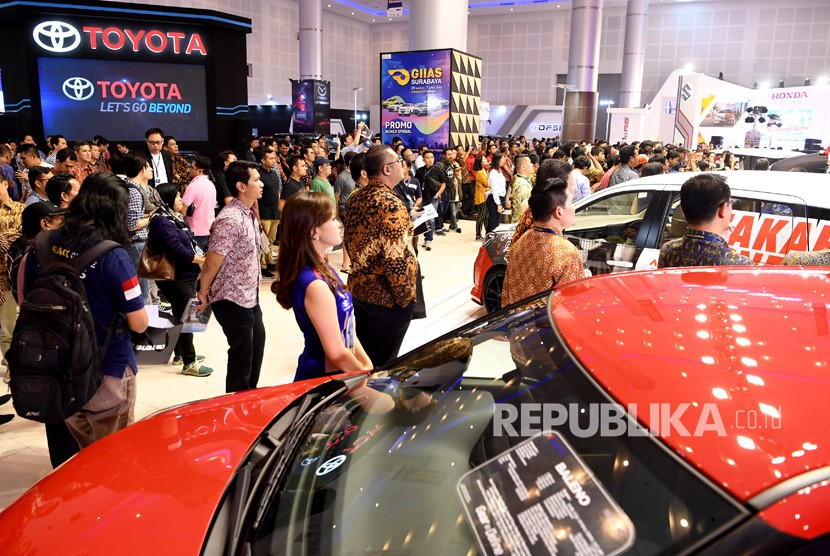Pengunjung memadati salah satu stan pada Gaikindo Indonesia International Auto Show (GIIAS) 2019 di Surabaya, Jawa Timur, Jumat (29/3/2019).
