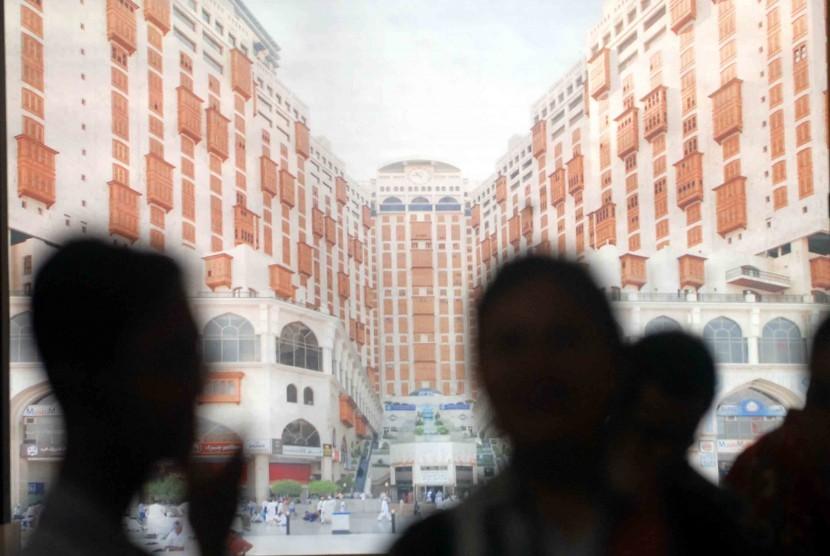 Pengunjung memadati salah satu stand pameran perjalanan Haji dan Umrah (ilustrasi)