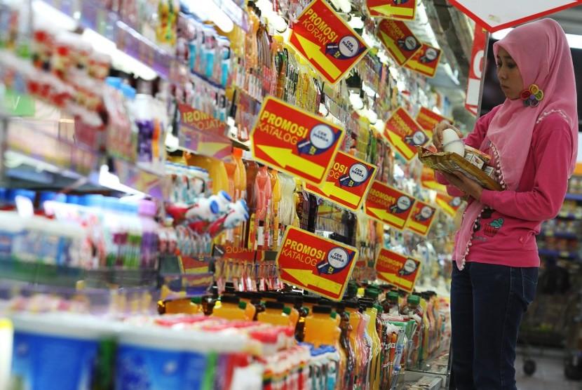 Pengunjung memilah makanan dan minuman ketika berbelanja kebutuhan sehari-hari.