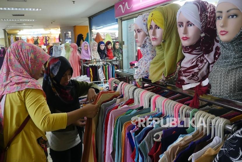Pengunjung memilih busana muslim di sebuah pusat perbelanjaan di Jakarta, Senin (5/6).