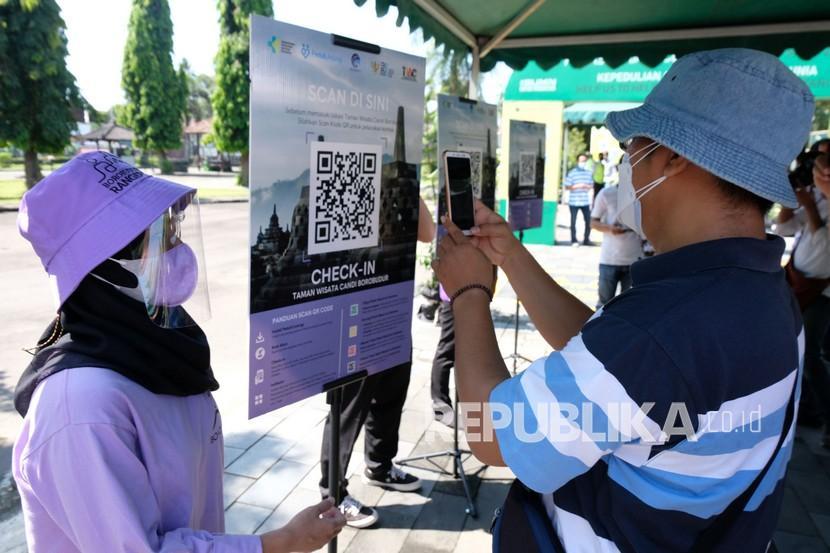 Pengunjung memindai barcode saat simulasi penggunaan aplikasi Pedulilindungi di kompleks Taman Wisata Candi (TWC) Borobudur, Magelang, Jawa Tengah, Jumat (17/9/2021). Kegiatan tersebut sebagai persiapan pelaksanaan kunjungan wisatawan ke Taman Wisata Candi Borobudur dengan tetap melaksanakan protokol kesehatan.