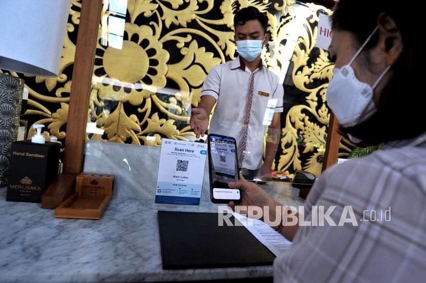 Banyak Hotel di Tangerang Belum Terapkan Peduli Lindungi. Pengunjung memindai QR Code dengan aplikasi PeduliLindungi saat mengunjungi hotel.