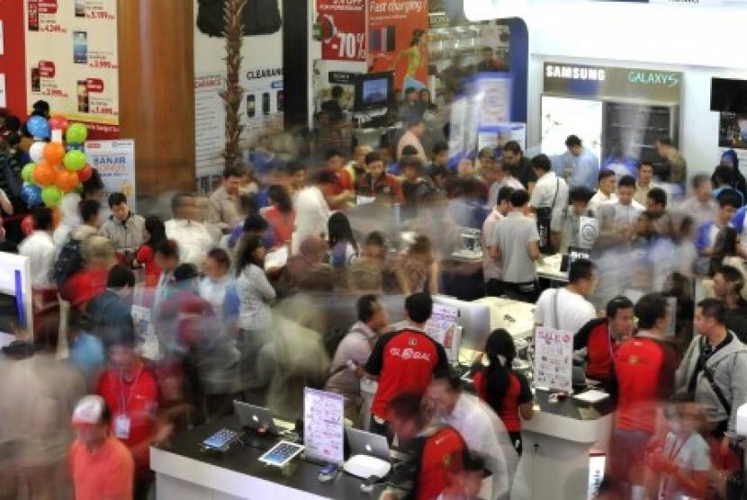 Pengunjung memperhatikan produk elektronika yang dipajang pada pameran komputer dan teknologi informasi (Indocomtech) 2013 di Jakarta Convention Center, Senayan, Jakarta, Rabu (30/10).