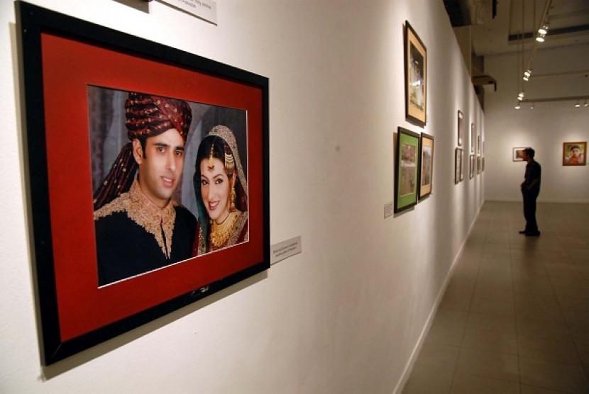 """Pengunjung memperhatikan salah satu karya yang dipamerkan dalam pameran tekstil, foto dan kebudayaan Pakistan bertajuk """"Dreams Stitched in Colours"""" di Galeri Nasional Indonesia, jakarta Pusat, Rabu (23/11)."""