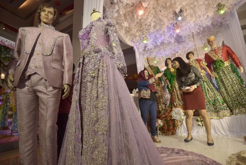 nd pesePengunjung mencari informasi gaun pengantin di salah satu starta pameran pernikahan.