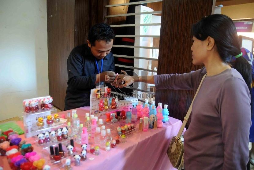 Pengunjung mencoba produk kecantikan dalam pameran produk kosmetik dan herbal di Kementerian Perindustrian, Jakarta, Rabu (2/9).