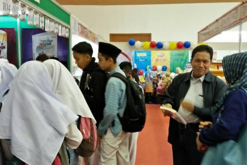 Pengunjung mendatangi stan Al-Mawardi di ajang Islamic Book Fair (IBF) 2017 yang digelar di JCC, Jakarta, tahun lalu. IBF 2018 akan digelar di JCC, 18-22 April 2018.