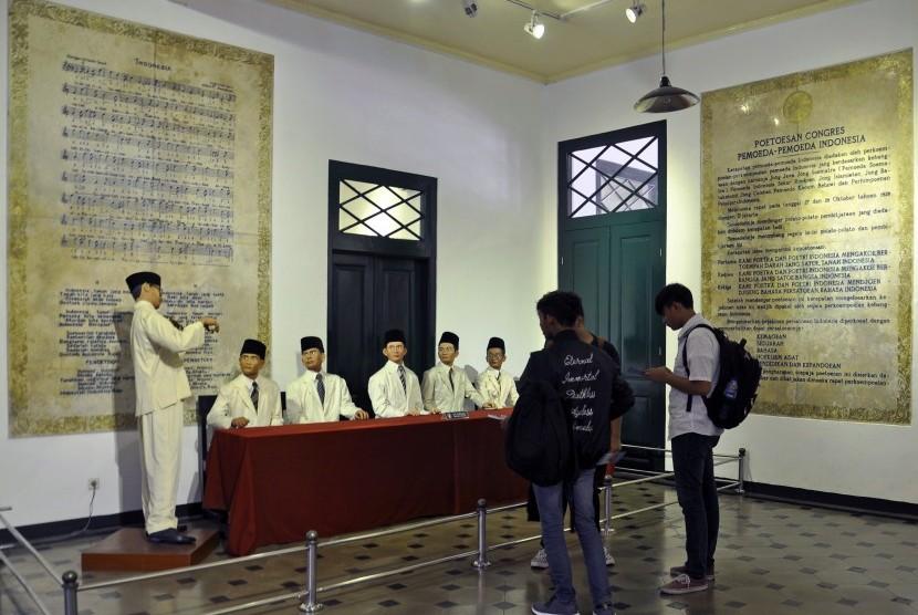 Pengunjung mengamati diorama W.R Soepratman di Museum Sumpah Pemuda, Jakarta Pusat, Jumat (26/10/2018).