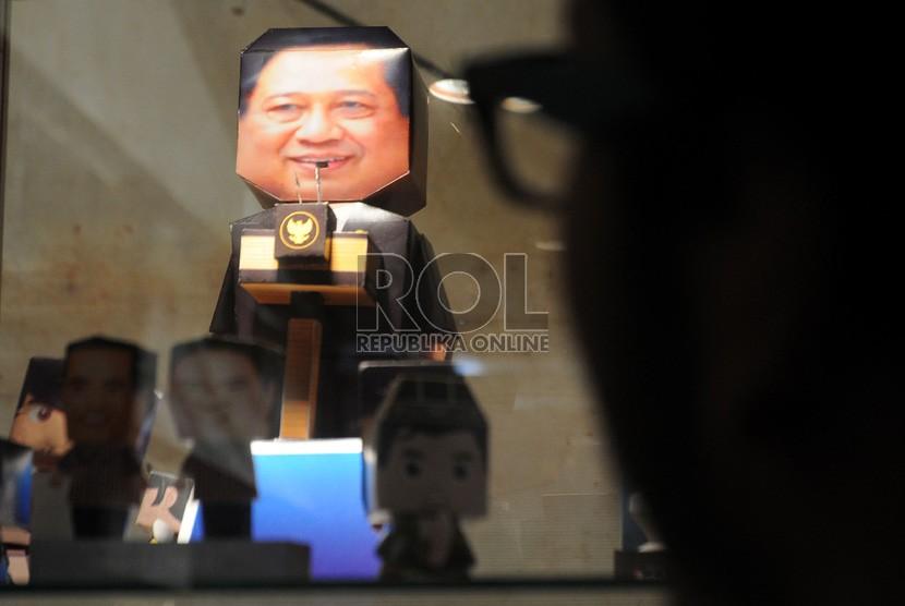 Pengunjung mengamati hasil karya industri kreatif lampu boneka kerta Presiden Susilo Bambang Yudhoyono dalam acara Pekan Produk Kreatif Indonesia (PPKI) 2012 di Epicentrum Kuningan, Jakarta, Rabu (21/11).  (Republika/Aditya Pradana Putra)
