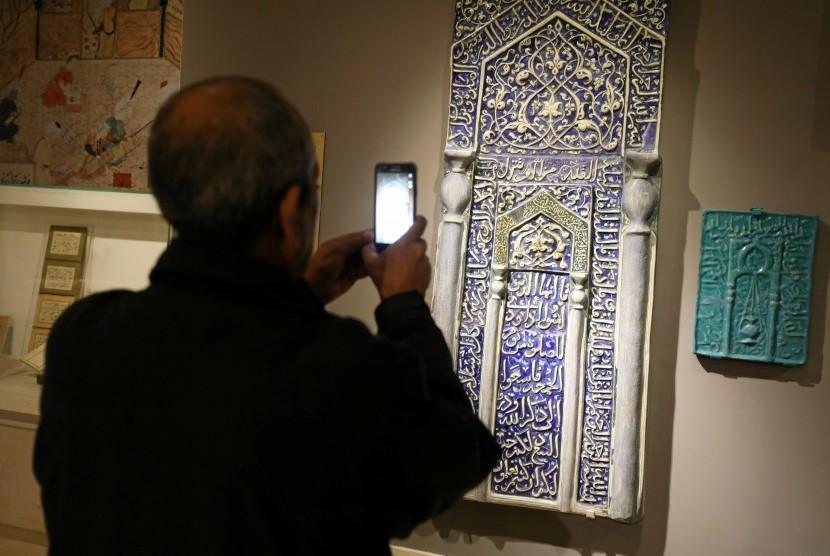 Pengunjung mengambil foto salah satu koleksi Museum Seni Mesir di Kairo.