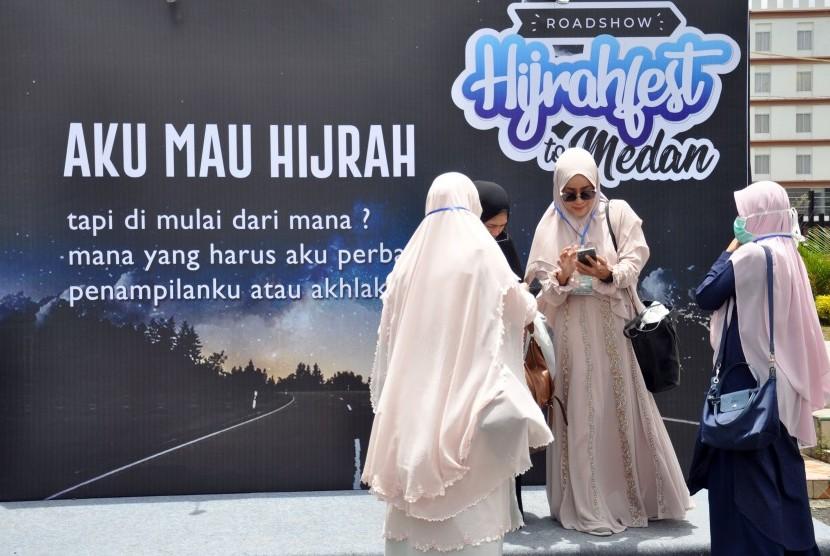Pengunjung menghadiri Festival Roadshow Hijrah Fest 2019 di Medan, Sumatera Utara, Jumat (5/4/2019).