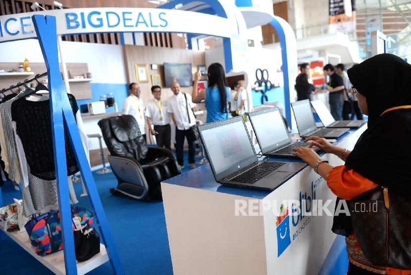 Pengunjung mengunjungi stand pameran saat Indonesia E-Commerce Summit and Expo (IESE) 2016 di ICE BSD, Banten, Rabu (27/4). (Republika/Wihdan)