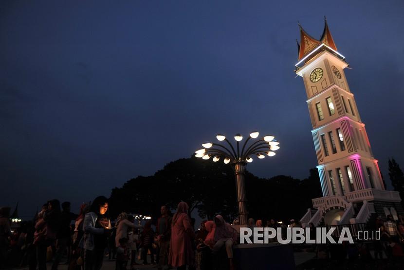Pengunjung menikmati kawasan pedestrian Jam Gadang, di Bukittinggi, Sumatera Barat, Ahad (24/2/2019).
