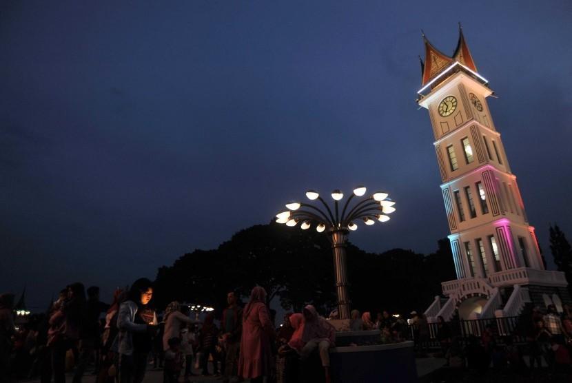 Pengunjung menikmati kawasan pedestrian Jam Gadang, di Bukittinggi, Sumatera Barat.