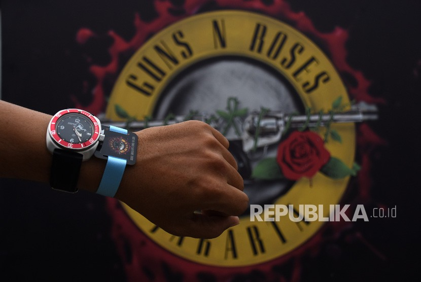 Pengunjung menunjukkan gelang tiket konser Guns N' Roses Not In This Lifetime Tour Jakarta 2018 seusai antre penukaran di Pintu Timur Stadion Utama Gelora Bung Karno, Jakarta, Kamis (8/11/2018).