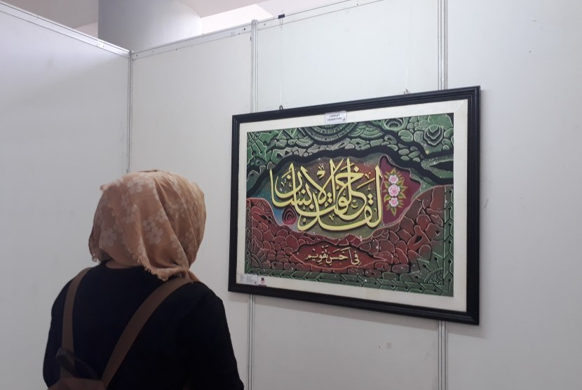Pengunjung menyaksikan pameran kaligrafi.