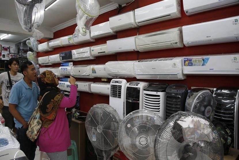 Pengunjung toko sedang memilih air conditioner (AC) di toko elektronik. Indonesia sebagai negara tropis merupakan pasar utama AC di Asia Tenggara. Meningkatnya temperatur juga mendorong penggunaan AC di Indonesia