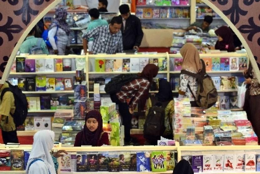 Pengunjung yang didominasi pelajar memadati salah satu stan pameran buku Islami dalam pagelaran Islamic Book Fair (IBF) di Jakarta.