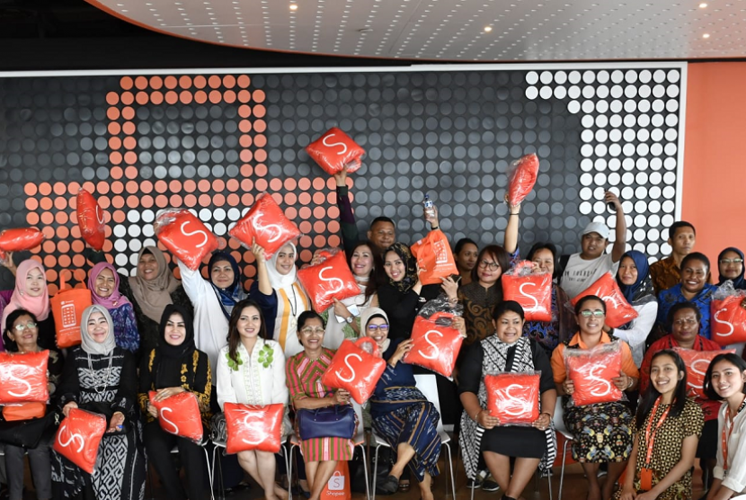 Pengurus Dekranasda dari Kabupaten Pulau Morotai dan Kabupaten Boalemo belajar tentang pemanfaatan e-commerce untuk memasarkan produk unggulan daerah di Kantor Shopee, Jakarta, Selasa (29/1/2019) yang diprakarsai oleh Ditjen Pembangunam Daerah Tertinggal, Kemendes PDTT. Melalui program Kreasi Nusantara, Shopee membantu mempromosikan produk-produk khas Indonesia seperti fashion, kuliner, dan hasil kerajinan.