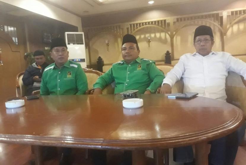 Pengurus DPP PPP kubu Djan Faridz. Ketua DPP Ahmad Ghozali Harahap (tengah), Sekjen DPP PPP Sudarto (Kiri) Wasekjen DPP PPP Yunus Rajak (Kanan).